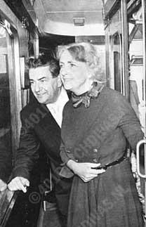 Eduard van Beinum met zijn vrouw, de violiste Sepha Jansen op reis