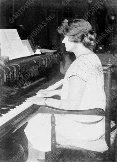Jo Vincent in de tijd toen zij als 'Juffrouw Jo' assistente was van Catharina van Rennes