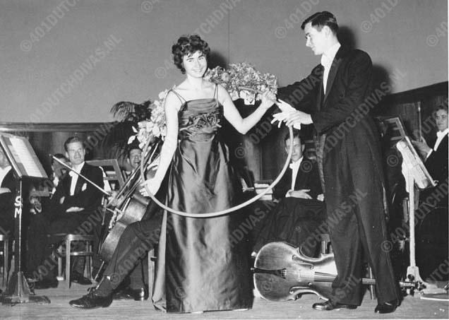 Isa met Sempre Crescendo'' na haar aria's 'Una voce poco fa' (Rosina) en Aida's 'Ritorna Vincitor', Leiden, 8 december 1958