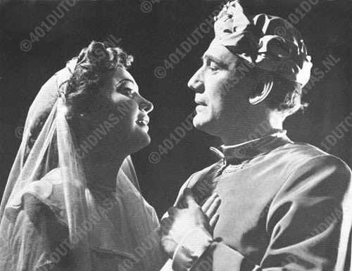 Pamina, een gastrol van de Engelse sopraan Adele Leigh en Tamino zingen hun beroemde liefdesduet, 21 januari 1954, Amsterdam, Stadsschouwburg